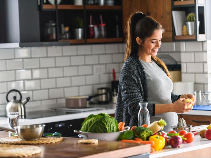 野菜を調理する妊婦