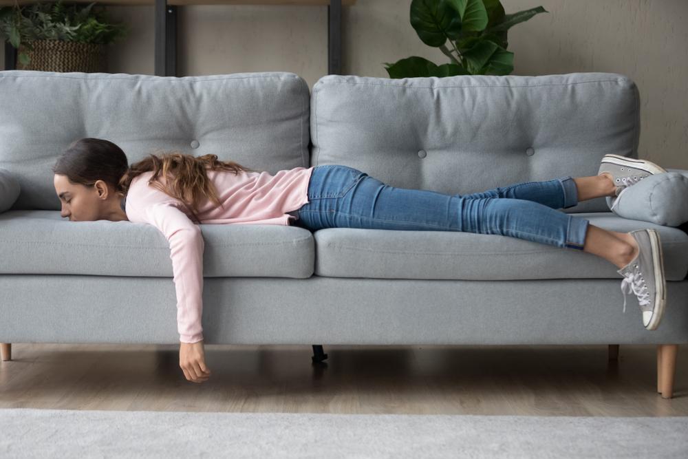 ソファーにうつ伏せになる女性