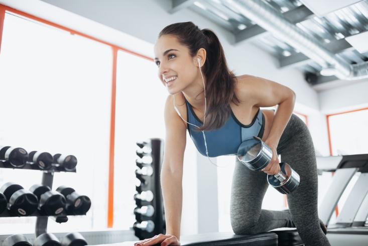 笑顔でトレーニングする女性