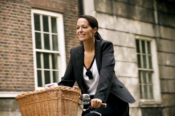 日中に自転車に乗っている女性