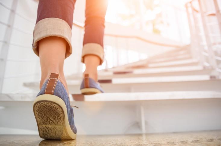 階段を上る足もとの画像