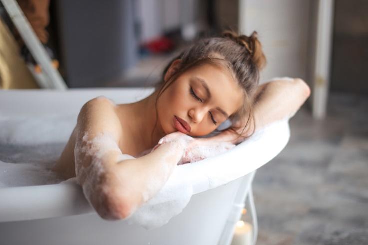 お風呂で寝てしまっている女性