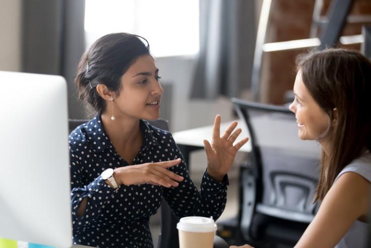 会話している女性の画像