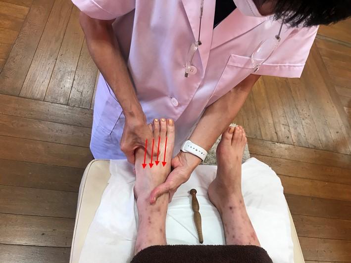 Yuriさんの足の甲を刺激する先生の画像