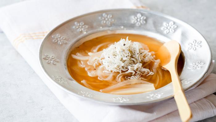 皮をむいてレンジでOK!プロ直伝の簡単オニオンスープレシピ