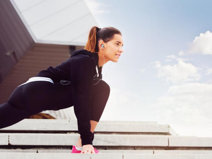 ランニング前に体を伸ばす女性