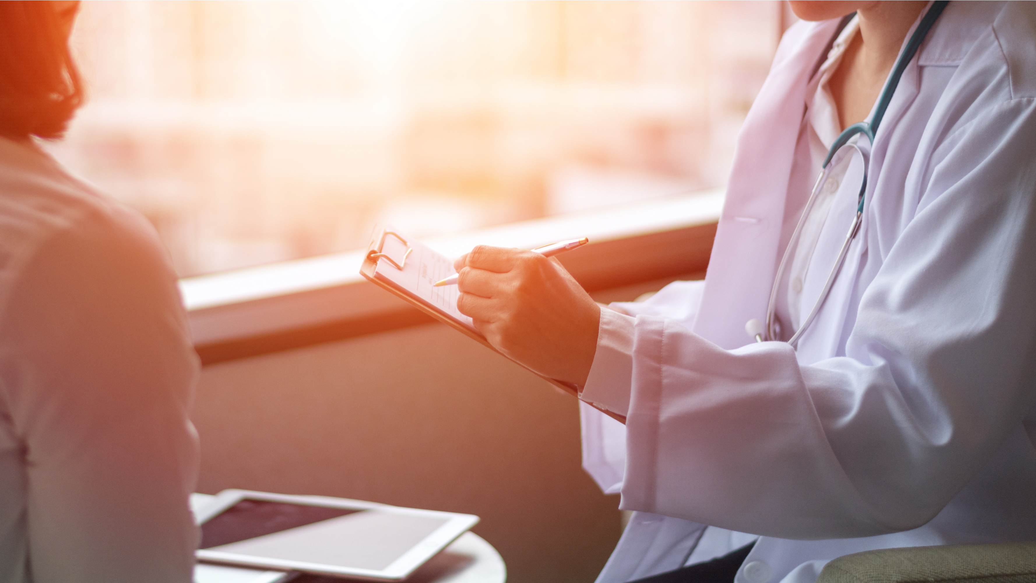 問診する女性ドクター