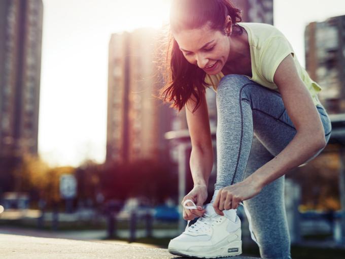 運動靴のひもを結ぶ女性