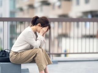 落ち込んでいる女性の画像