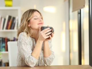飲みものを飲んでいる女性の画像