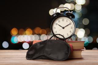 22時を指している時計とアイマスクのイメージ画像