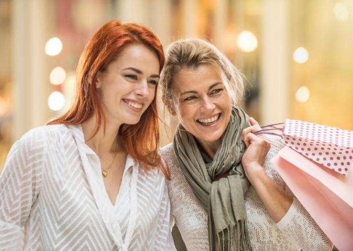 買い物袋を提げる親子の画像