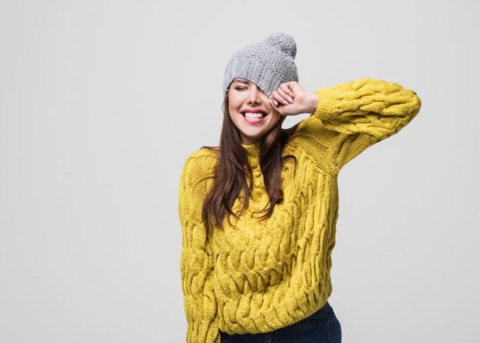 黄色いセーターの女性画像
