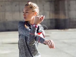 スポーツ前に準備運動をする女性