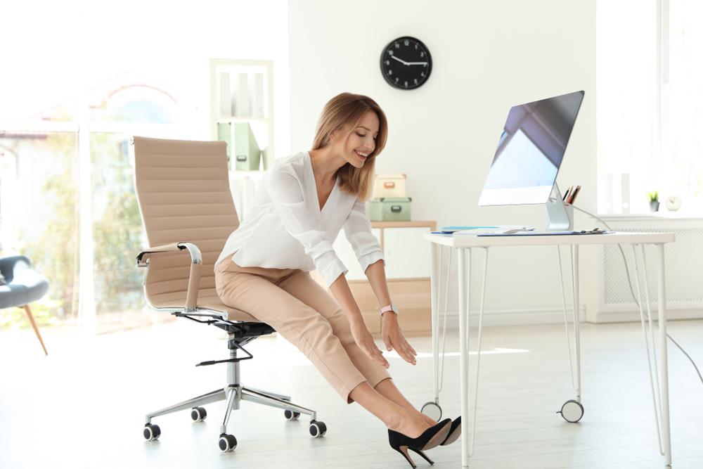 女性がイスに座ってストレッチしているイメージ画像