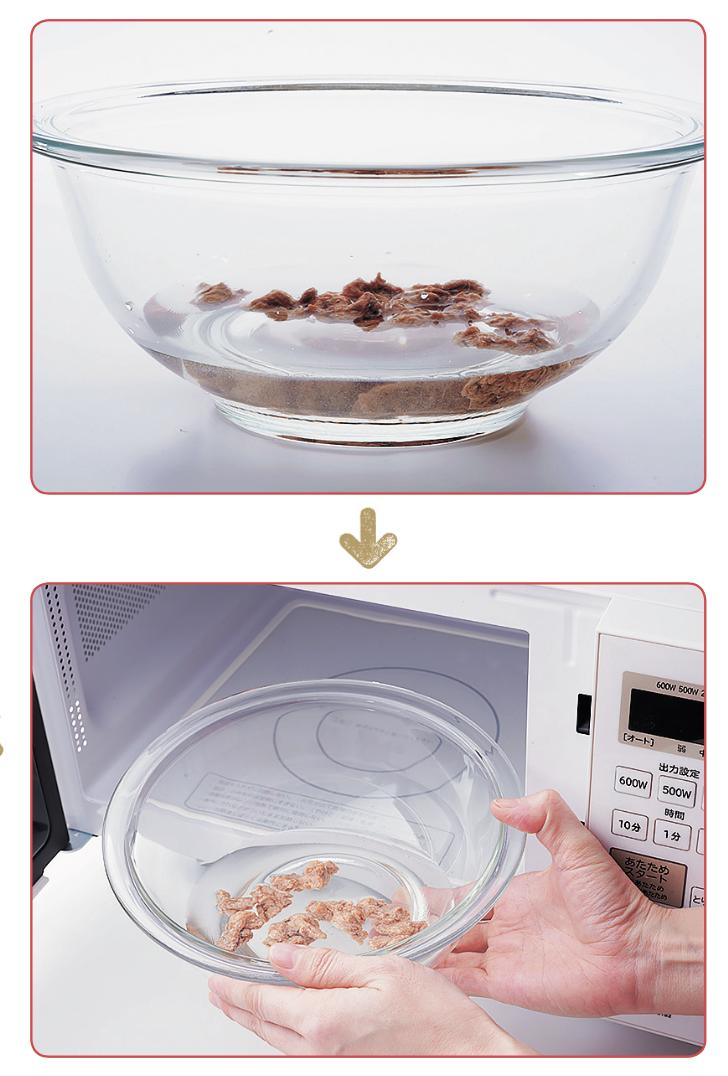 大豆ミートを水に浸し、電子レンジに入れる様子