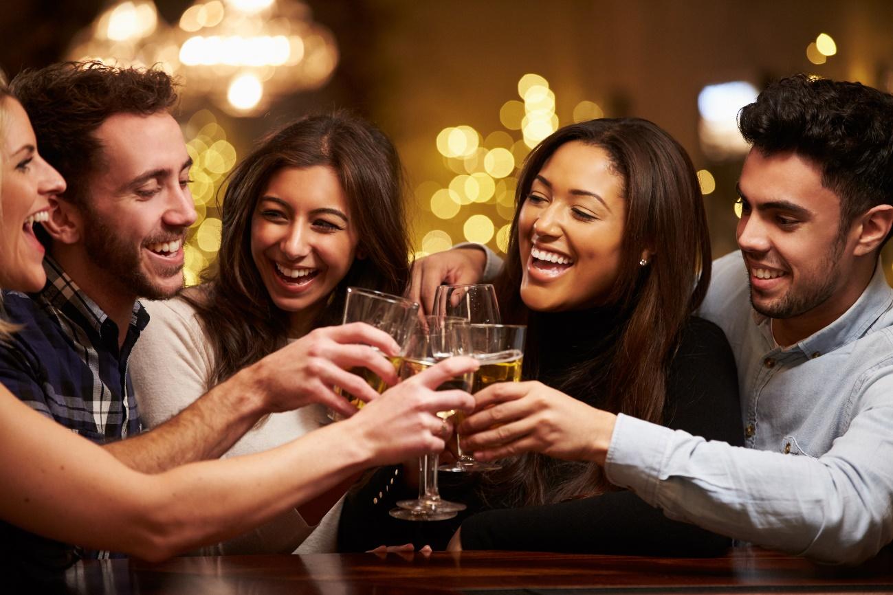 アルコールを手に乾杯する男女