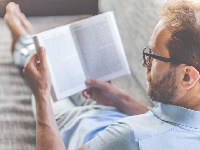 ひとりで読書をする男性