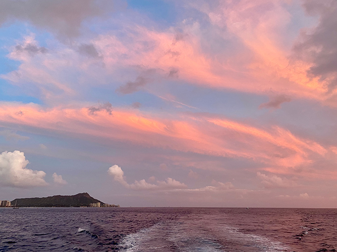 ハワイのピンク色に染った空の雲と海