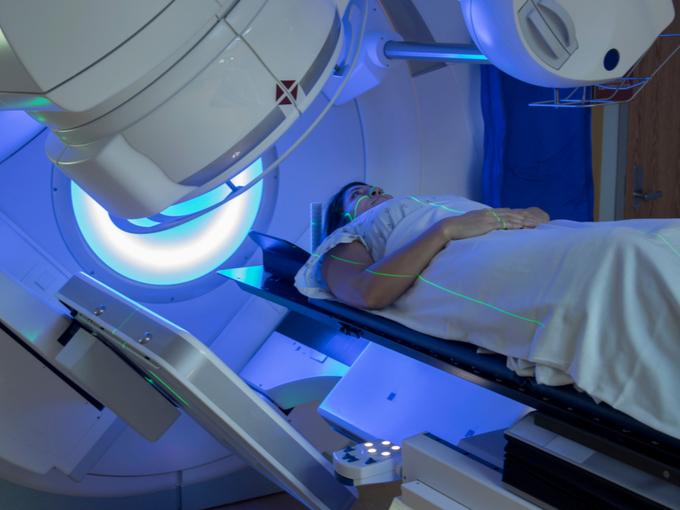 放射線治療を受ける人