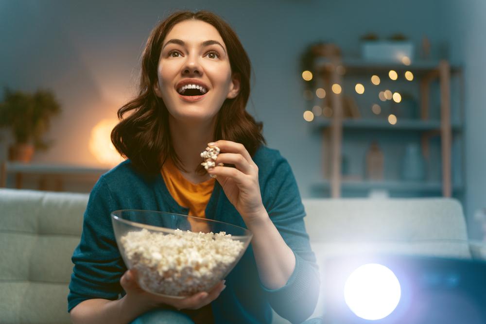 映画を見ている女性の画像