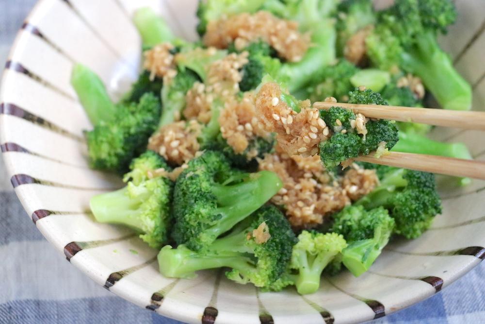 温野菜ブロッコリーのしょうがダレ和えを箸でつかんでいる