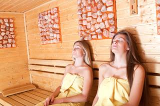スーパー銭湯やジムで汗を流した休日、睡眠のために夜の入浴は必要?