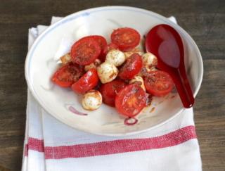 チーズで腸活! 見栄えがかわいい「モッツァレラチーズとミニトマトのおかか和え」