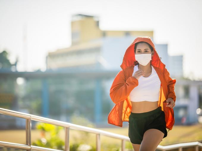 マスク姿でランニングする女性