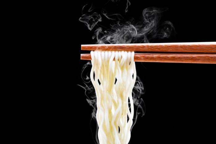 麺と箸の画像