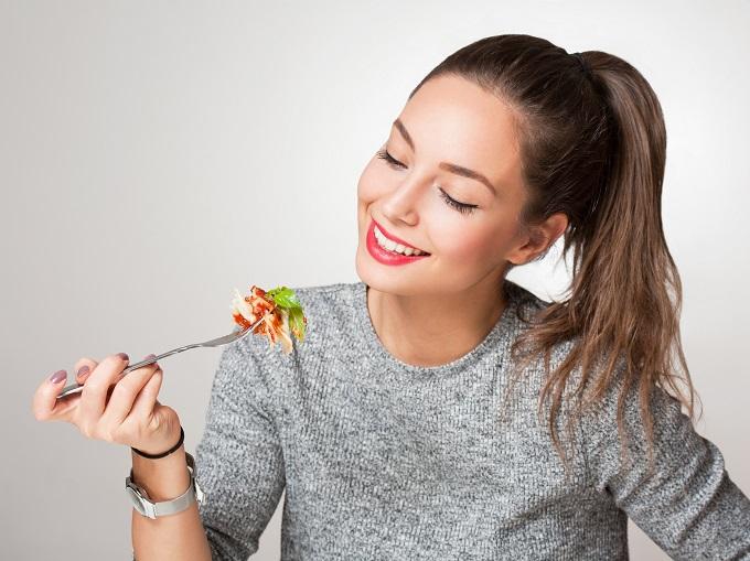 食事をしている女性の画像