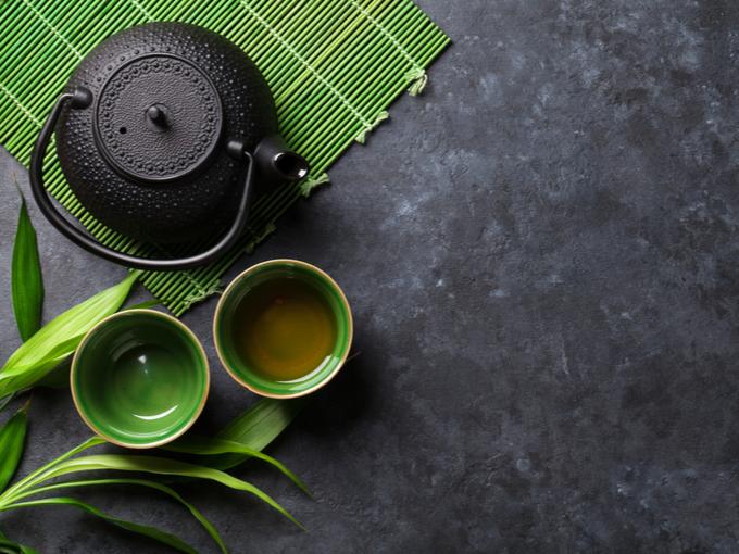 鉄の急須と茶碗