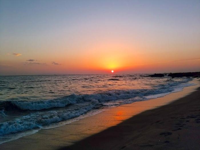 海に沈む夕日、朝日にも見える