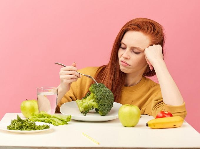 食事制限をしている女性の画像