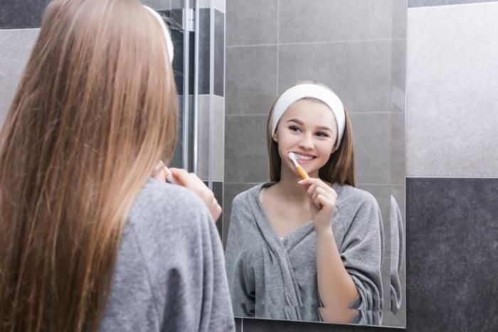歯を丁寧に磨く女性