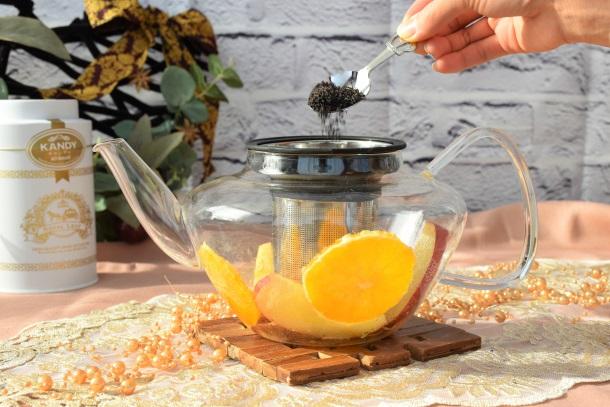 ティーポットにフルーツを入れ茶葉を入れている