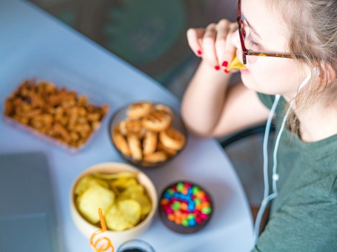 間食をしている女性の画像
