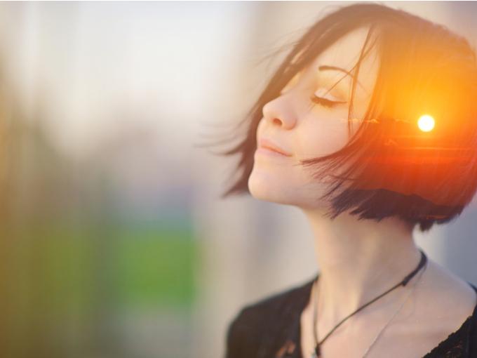 目を閉じて瞑想する女性