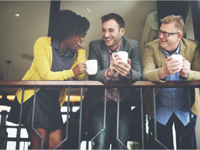 コーヒーを飲みながら雑談する男女