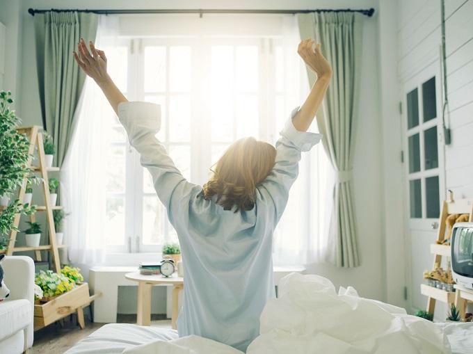 朝日を浴びている女性の画像