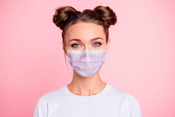 マスクをする女性の画像