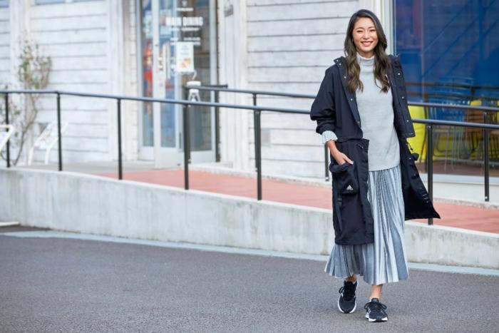 カジュアルな装いで歩く萌子さん