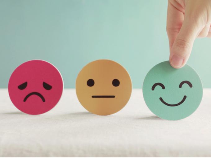 困り顔、無表情、笑顔が描かれた3つのオブジェ