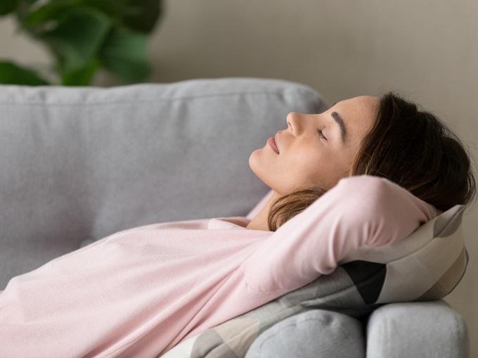 昼寝をしている女性の画像