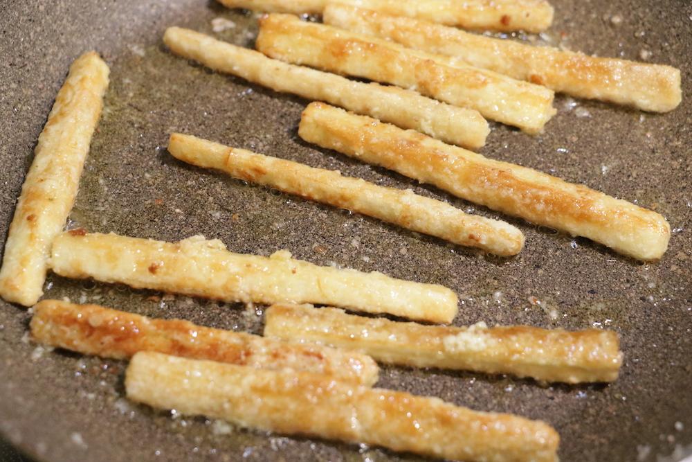 ごぼうの汁気をきり、片栗粉をまぶしてフライパンでオリーブオイルをひき焼く