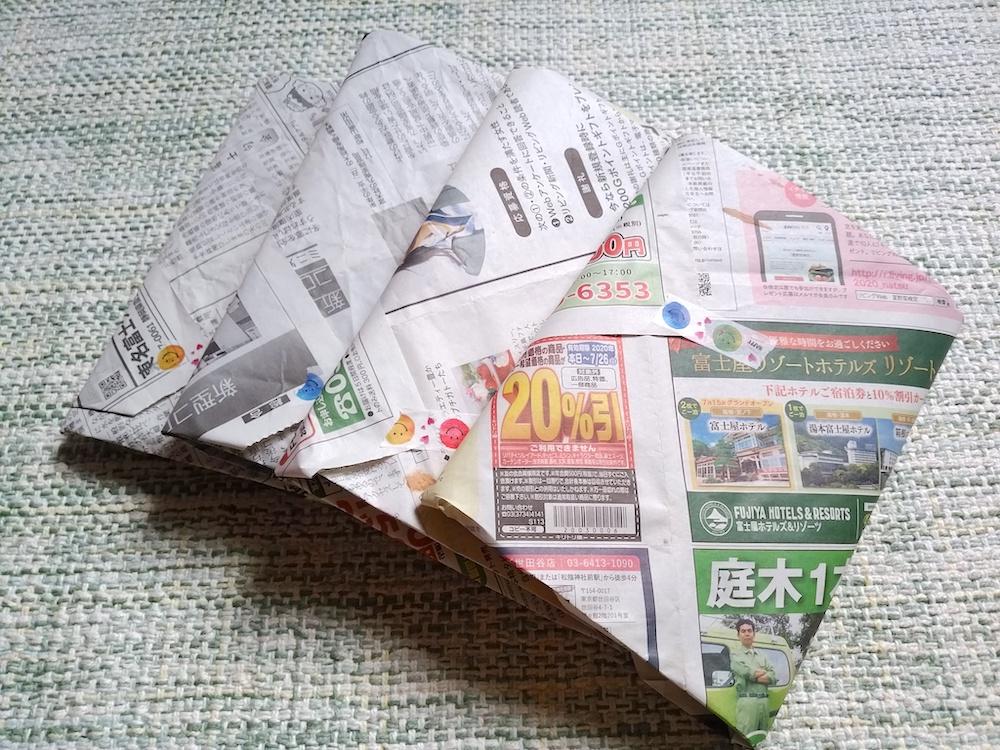過去の手帳4冊を新聞紙で包んだ