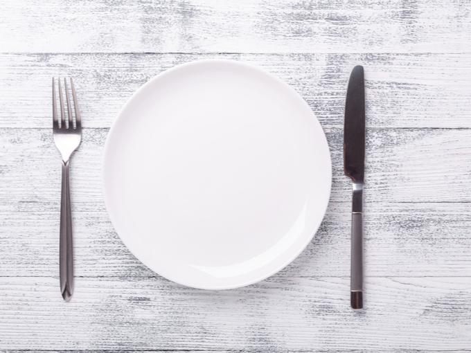 白い皿とカトラリー