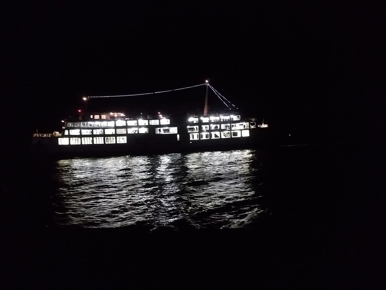極寒の夜釣り中に撮影した船