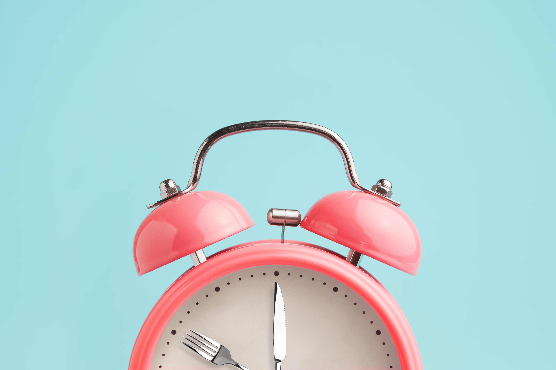 針がナイフとフォークになっている目覚まし時計
