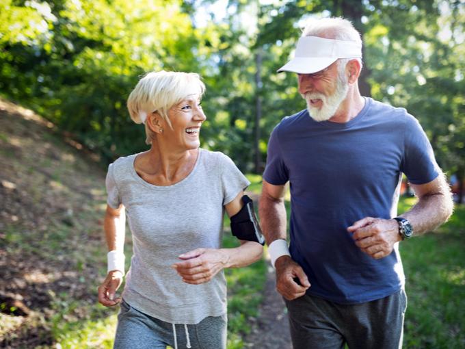 ランニングする高齢夫婦